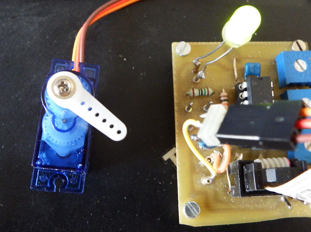 Gate driver with servo